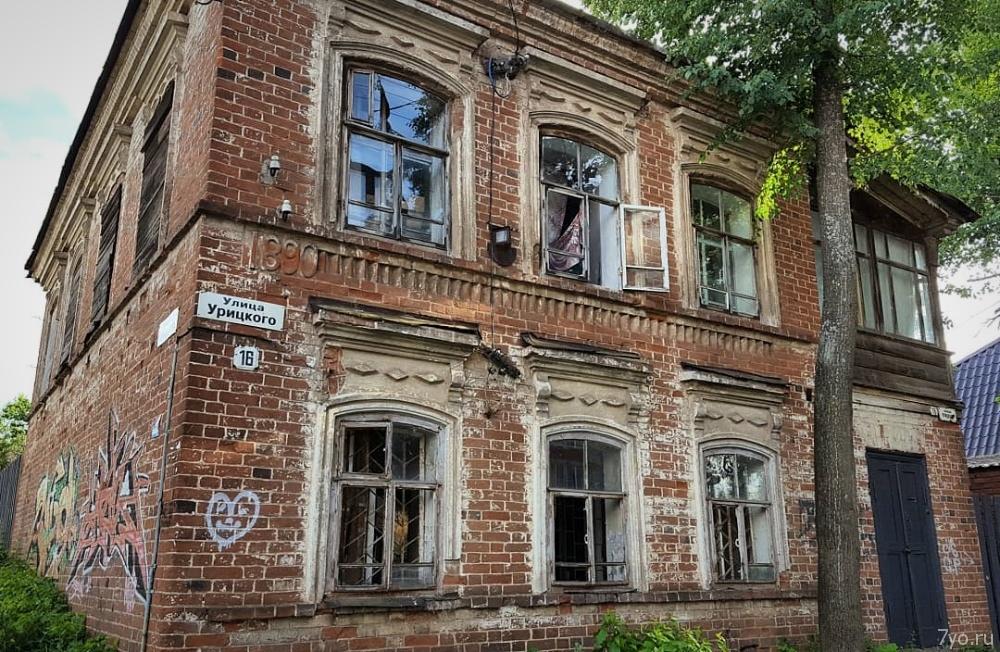 Старый кирпичный дом 1890 года постройки в городе Воткинск, Удмуртская Республика