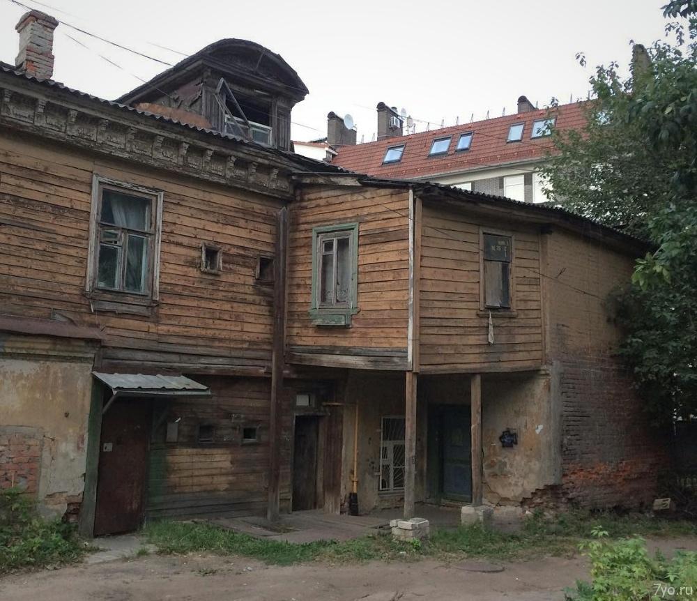 Старый деревянно-кирпичный дом в центре города Нижний Новгород, Россия